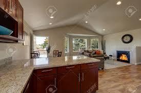 offene grundriss der küche ess und wohnzimmer mit parkettboden und gewölbedecke hausinnenraum northwest usa
