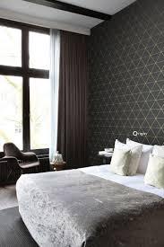 schlafzimmer tapete grafische dreiecke schwarz und gold 347684