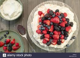 pavlova baiser kuchen dessert mit erdbeeren brombeeren
