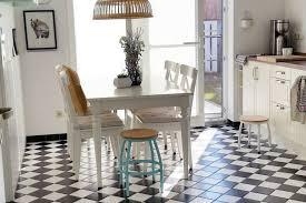 weiße küchen mit holzarbeitsplatten wohnkonfetti