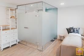 wohn und schlafzimmer in einem raum mit trennwand
