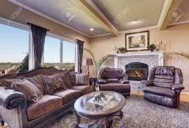 luxus wohnzimmer mit eleganten vintage möbeln beige wände und decke mit balken nordwesten usa