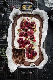 black forest brownie mit rosmarin portwein kirschen