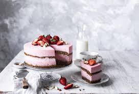 erdbeer buttermilch torte mit haselnüssen