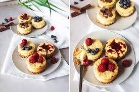 kleine cheesecakes mit früchten schokolade und karamell