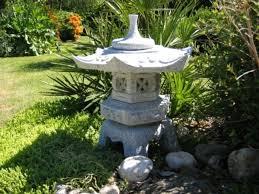 une lanterne japonaise dans le jardin le charme de l extrême
