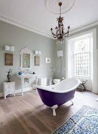 salle de bain mauve baignoire de couleur pour relooker et embellir votre salle de