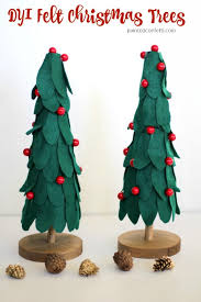DIY Felt Christmas Trees With Holly Berries Decorate Your Mantle These Festive Green And