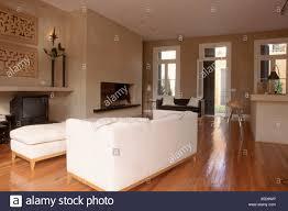 wohnzimmer weiße sitzbank und sofa kamin parkett 3 fenster