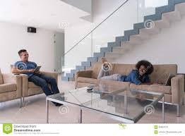 junges multiethnisches paar entspannt sich im wohnzimmer