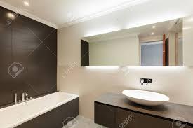 schöne moderne badezimmer mit keramik waschbecken und spiegel