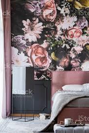 blumen drucken an der wand im femininen schlafzimmer innenraum mit grauen blätter auf rosa bett echtes foto stockfoto und mehr bilder bett