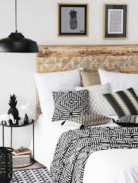 personnaliser sa chambre déco chambre une tête de lit en bois recyclé pour personnaliser sa
