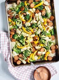 cuisiner legumes plaque de saucisses légumes et fromage en grains ricardo