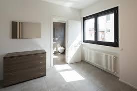 schlafzimmer mit aufbereiter und privates badezimmer im raum