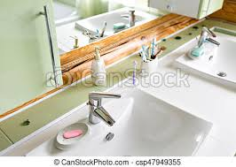 das badezimmer in einer rustikalen holzhütte in den bergen