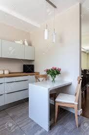 helle raum eine weiße moderne küche mit essplatz