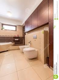 modernes badezimmer mit beige fliesen stockbild bild