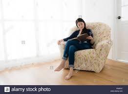 schöne ruhige frau sitzt auf der sofa entspannen und