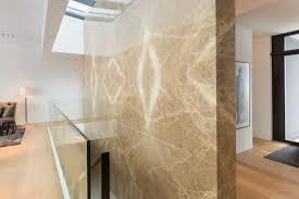 akzentwände aus spanischem marmor im wohnzimmer real