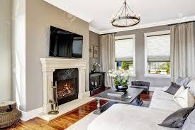 helle luxus wohnzimmer mit kamin und tv weiß gemütliche und geschnitzten holztisch mit blumen