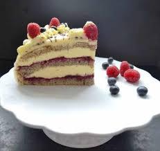 leckere marzipan buttercreme torte mit waldfrüchten