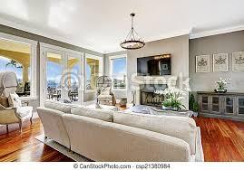 beeindruckendes wohnzimmer in luxuriösem haus helles luxus