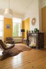 leuchtendes gelb im wohnzimmer schafft eine fröhliche und