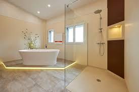 die barrierefreie dusche sorgt für ein badezimmer ohne