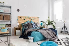 geräumiges schlafzimmer mit moderner einrichtung mit natürlichen materialien und hellen farben