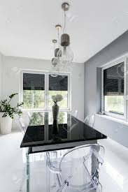 neuer stil weiß esszimmer mit schwarzen glastisch und geist stühle