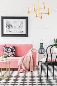 schwarzen stuhl in der nähe rosa sofa im modernen wohnzimmer interieur mit poster und gold le echtes foto stockfoto und mehr bilder boden