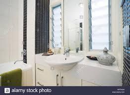 waschbecken im schrank vor fenster im modernen badezimmer