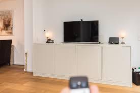 lackierte kommode mit integriertem tv lift holzmöbe