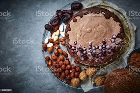 vegane schokolade kuchen mit verschiedenen nüssen datteln und johannisbrot stockfoto und mehr bilder beere obst