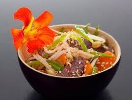 cuisiner avec un wok recette de wok de boeuf au sésame légumes de saison facile et rapide