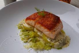 pavé de saumon à l unilatérale sur lit de poireaux et pommes