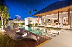 luxus pool villa mit innen und außenbereich mit wohnzimmer