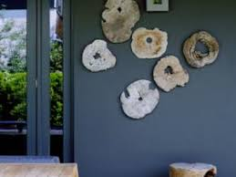 deco tronc d arbre des tranches de tronc d arbre exposées sur un mur de par sand