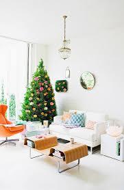 weihnachtsbaum mit blumen dekoriert in bild kaufen