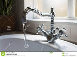 vieux rétro bassin de robinet d eau dans la salle de bains moderne