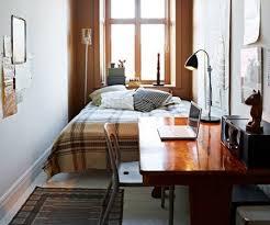 bett am fenster in einem engen schlafzimmer design schmales