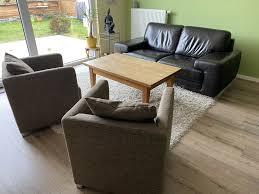 wohnzimmer einrichtung sofa tisch und zwei sessel