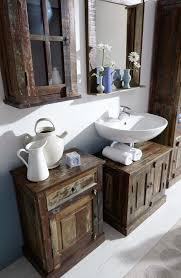 badezimmer hängeschrank aus altholz bunt lackiert auf alt