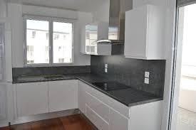 voir cuisine moderne grise et blanche polymére prés de montmain charleval