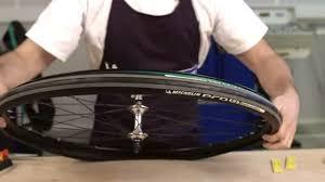 chambre air velo vidéo du montage d un pneu de route avec chambre à air fixie