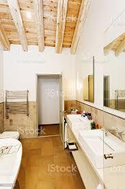 modernen rustikalen stil badezimmer mit holzfußboden und decke stockfoto und mehr bilder architektur