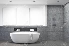 dunkelgraue fliesen badezimmer interieur mit einer weißen badewanne und drei poster darüber hängen konzept der hygiene und gesundheitsfürsorge