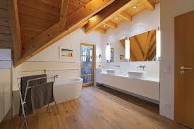 badezimmer im dachstuhl holzwoi