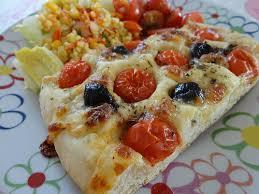 foccacia tomates olives mozzarella fourchettes et pinceaux